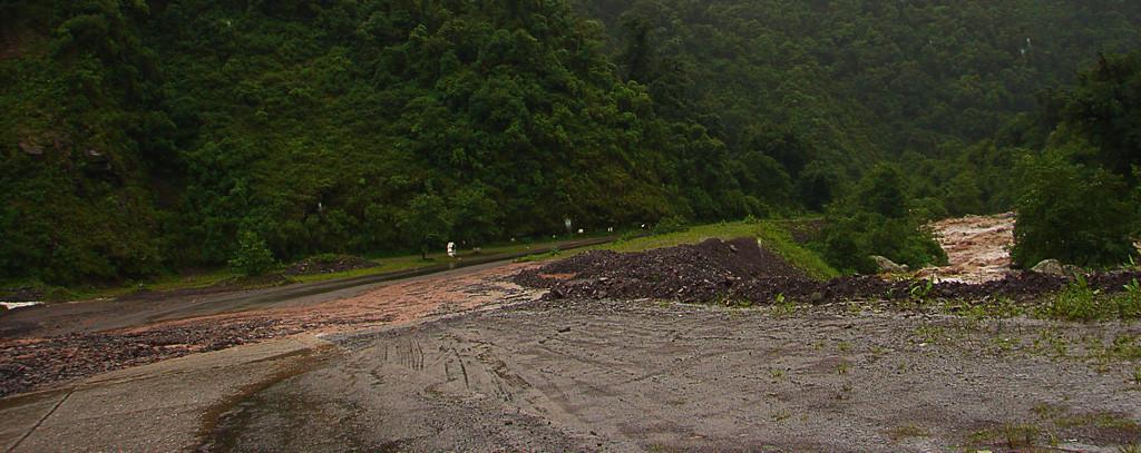 Devido a chuva torrencial que caiu a noite, em alguns pontos da estrada havia desmoronamentos de barro e pedras