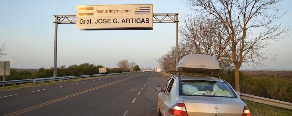 Ponte internacional General Artigas que cruza o rio Uruguai e une as cidades de Colón e Paysandú.
