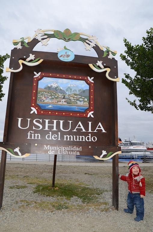 """A famosa placa de """"Ushuaia – fin del mundo"""" está localizada no porto da cidade"""