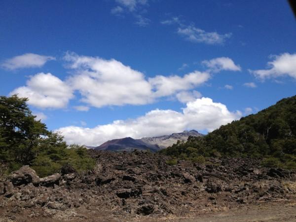 Trilha chamada El Escorial (Escorrial de Lava): vulcão Achen Ñiyeu ao fundo