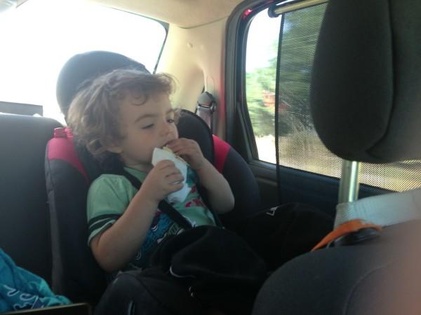 Felipe lanchando uma saborosa empanada