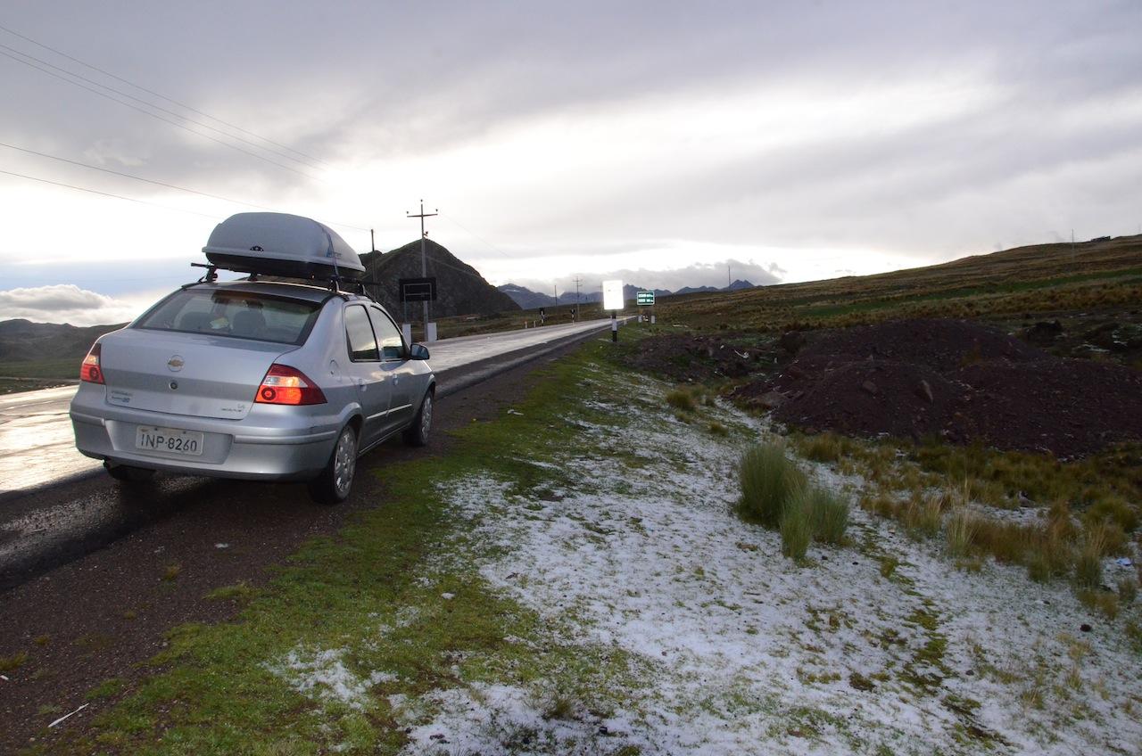 Neve na estrada a 4650m de altitude entre Cusco e Nasca (Peru)