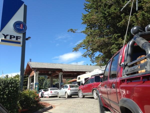 Fila para abastecer em Bariloche