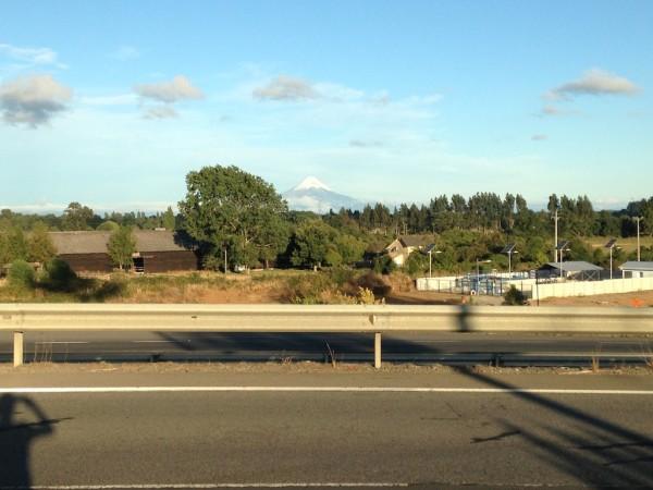 Da ruta 5 já é possível avistar o imponente Vulcão Osorno