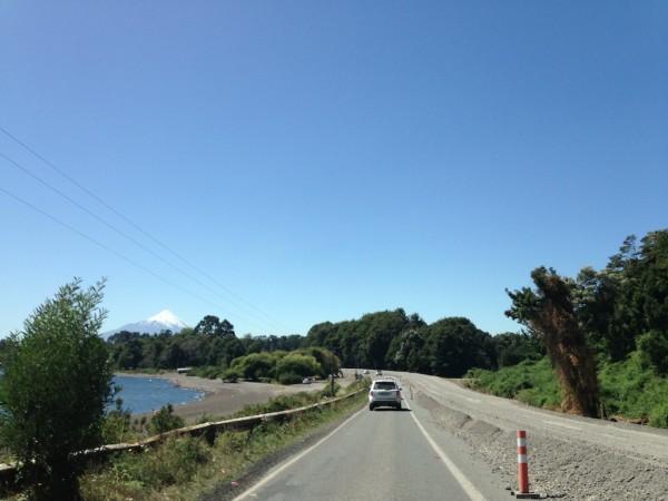 Ruta 225-CH (em manutenção) margeando o Lago LLanquihue