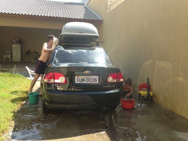 Já no outro dia: hora de lavar o carro (em família)