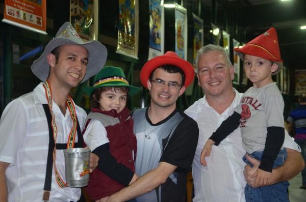 Os homens junto com o Francisco, cunhado do Joce