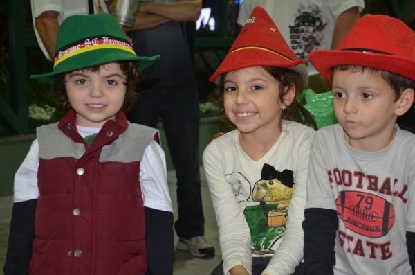 As crianças com os chapéuzinhos dos alemães