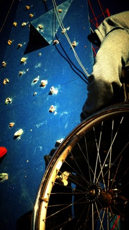 usuario de silla de ruedas en muro de escalada (2)