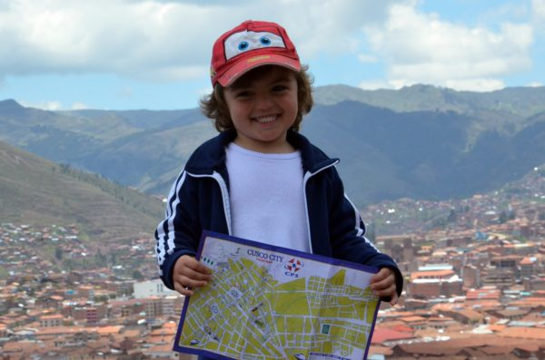 Com o mapa em mãos... Adora um mapa esse menino!