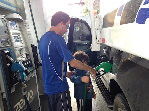 Abastecendo em um posto selfservice em Puerto Montt (Chile): equipamento aceita dinheiro e cartão de crédito